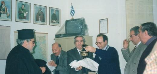 Το μέλος του ΣΕΑΝ Απόστολος Αναστασιάδης παραλαμβάνει το δώρο του. Διακρίνονται ο Πρόεδρος Μ.Μπασδέκης, Ν. Καψωμενάκης, Π.Βαβουγιός και Μ.Παπαϊωάννου