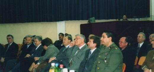 Διακρίνονται από αριστερά προς τα δεξιά, μεταξύ άλλων, οι δημοτικοί σύμβουλοι Β.Ζορμπάς,Ι.Σταθόπουλος, Γ.Βλάχος, ο Δήμαρχος Αντ.Σιδέρης, Ε.Χάρχαρος και ο εκπρόσωπος της ΔΕΠΑΘΑ
