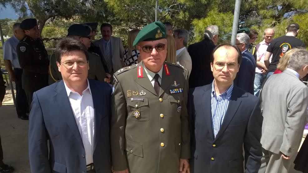 Από αριστερά Λουκάς Ρίζος, μέλος ΔΣ ΣΕΑΝ, Υποστράτηγος Βασίλειος Κουκουλομάτης, Διοικητής Διακλαδικής Διοίκησης Ειδικών Επιχειρήσεων του ΓΕΕΘΑ, Γεώργιος Μιχαήλ, ΓΓ ΣΕΑΝ.