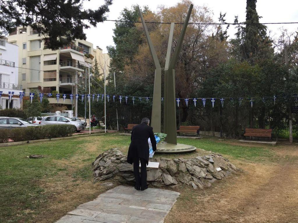 Ο Δήμαρχος Παπάγου Χολαργού Ηλίας Αποστολόπουλος καταθέτει στεφάνι στο Μνημείο.