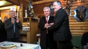 Ο Πρόεδρος των Εφέδρων Αξιωματικών παραλαμβάνει τιμητική πλακέτα από τον Δήμαρχο Λαυρεωτικής